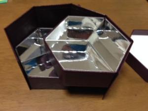 思わず買いました。六角形の二段式の貼り箱