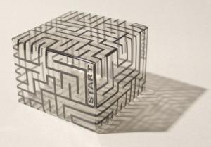 透明ケースに迷路柄を印刷。