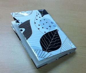 素敵な包装紙は文庫本のブックカバ-に。