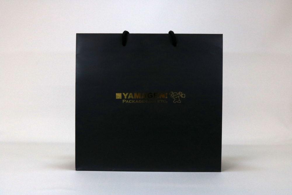コート紙表面マットPP貼り、箔押印刷 艶金1色のセミオーダー名入れ紙袋の正面画像
