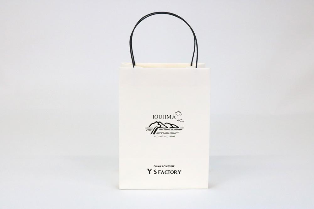 タント(アイボリー)表面加工なし、箔押印刷 艶黒1色の別注名入れ紙袋の正面画像