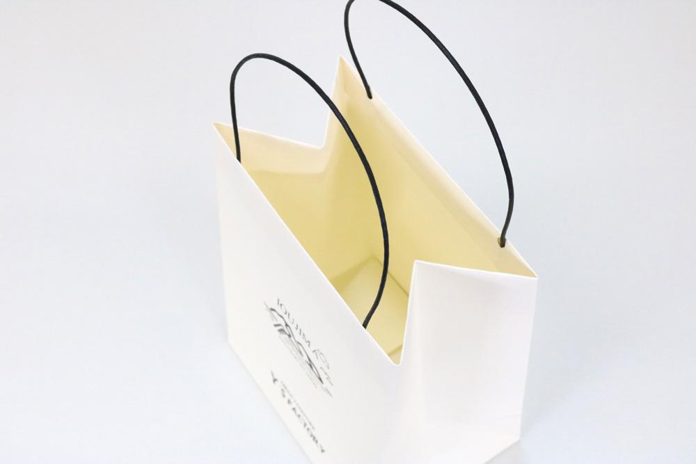 タント(アイボリー)表面加工なし、箔押印刷 艶黒1色の別注名入れ紙袋の入れ口画像
