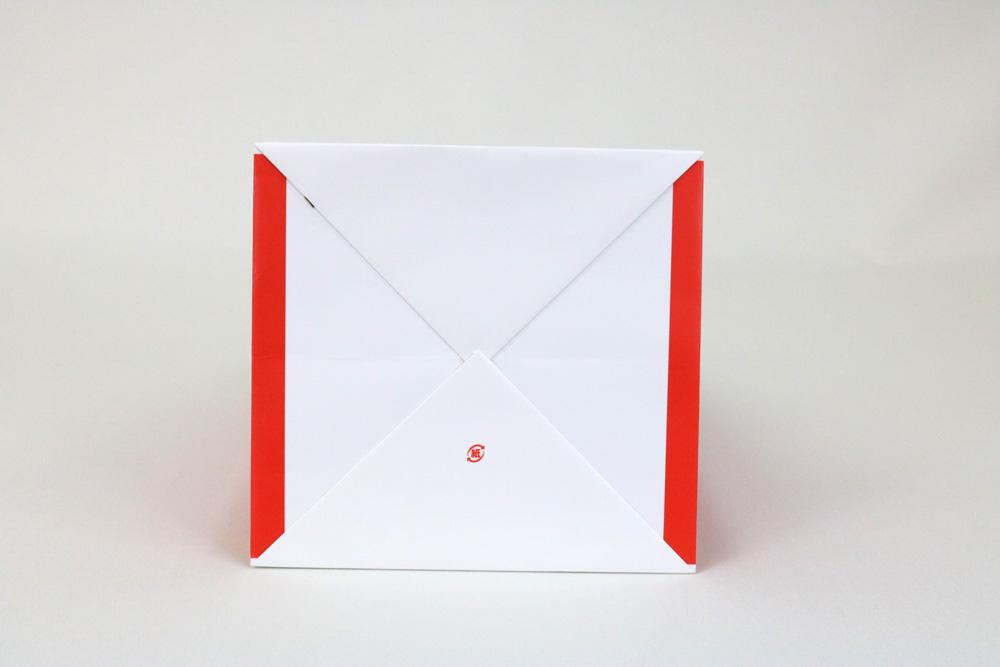 コート紙表面マットPP貼り三角折り、オフセット1色印刷の別注紙袋の底面画像