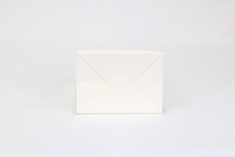 タント(アイボリー)表面加工なし、箔押印刷 艶黒1色の別注名入れ紙袋の底面画像