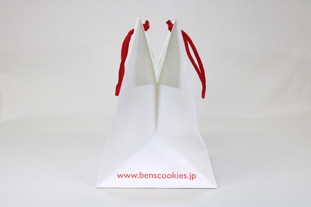 ミニッツ(プラチナホワイト) 三角折りリボン穴あけ、オフセット1色印刷の別注紙袋の側面画像