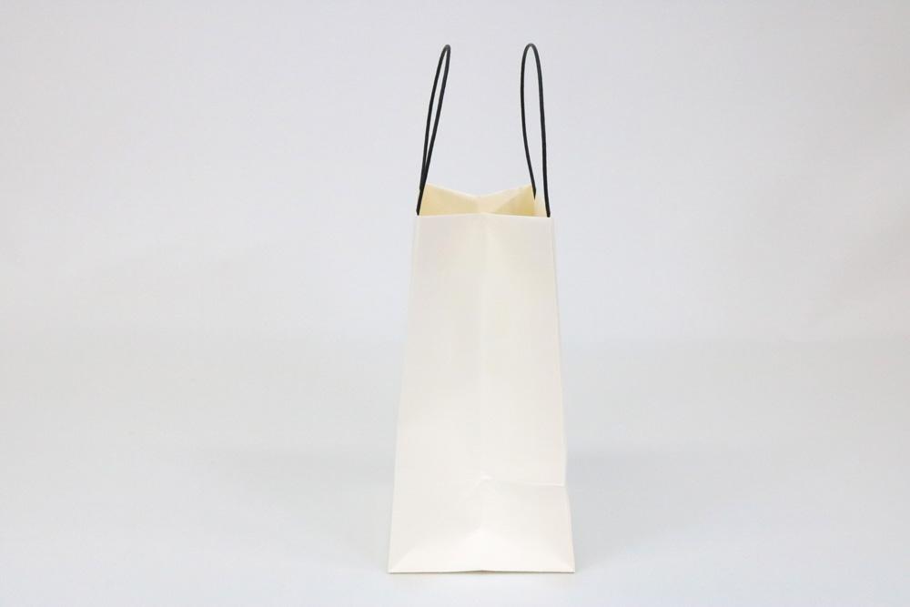 タント(アイボリー)表面加工なし、箔押印刷 艶黒1色の別注名入れ紙袋の側面画像