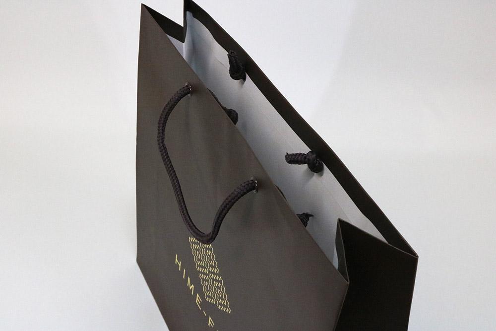 コート紙表面マットPP貼り、片面1カ所箔押しのセミオーダー紙袋の入れ口画像