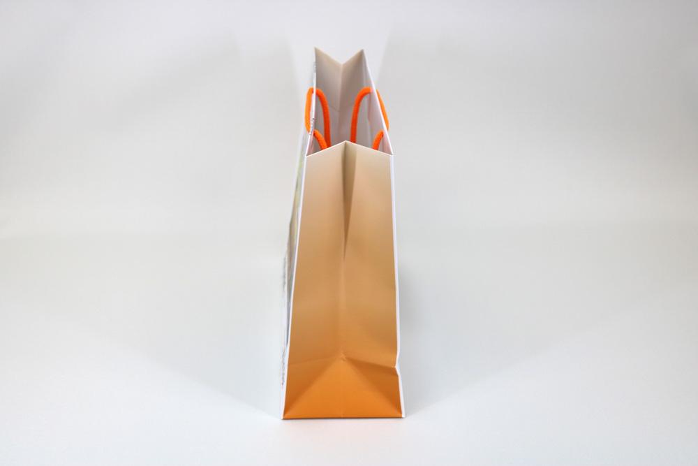 コート紙表面マットPP貼り、オンデマンド印刷カラー4色の別注紙袋の側面画像